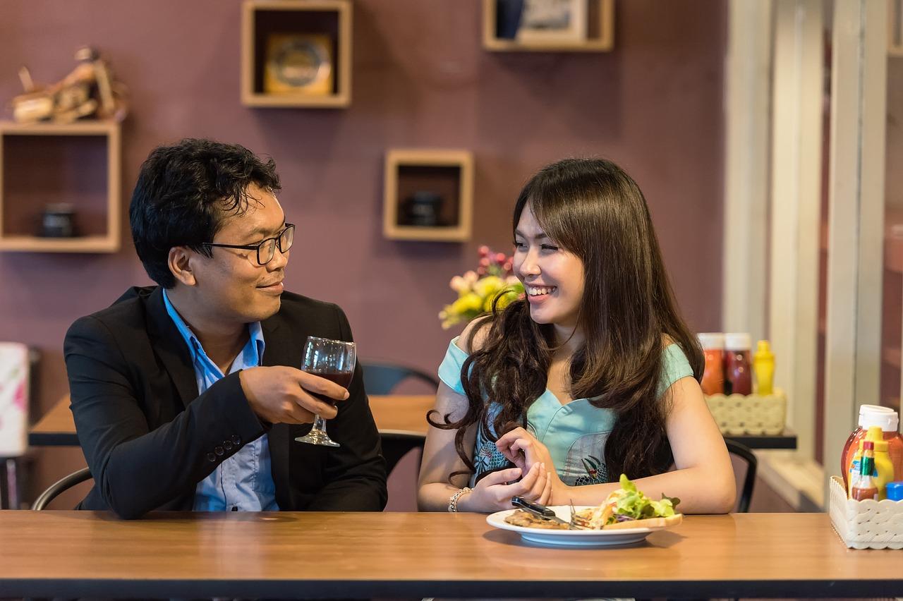 un homme et une femme se regarde amoureusement