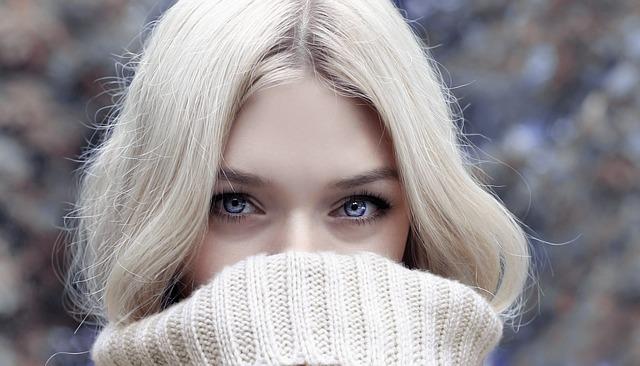 femme col roulé blanc neige