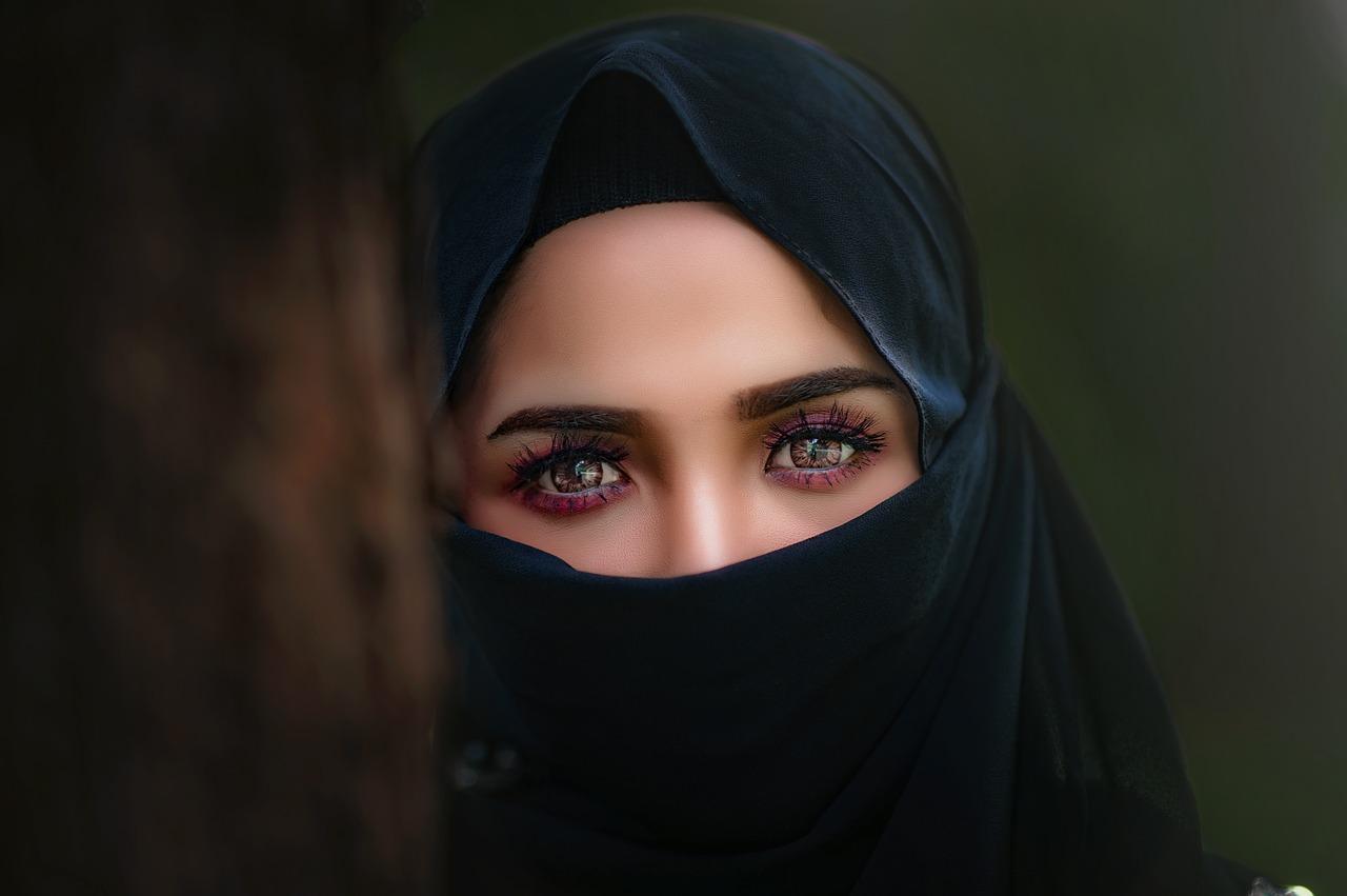 une femme porte un hijab