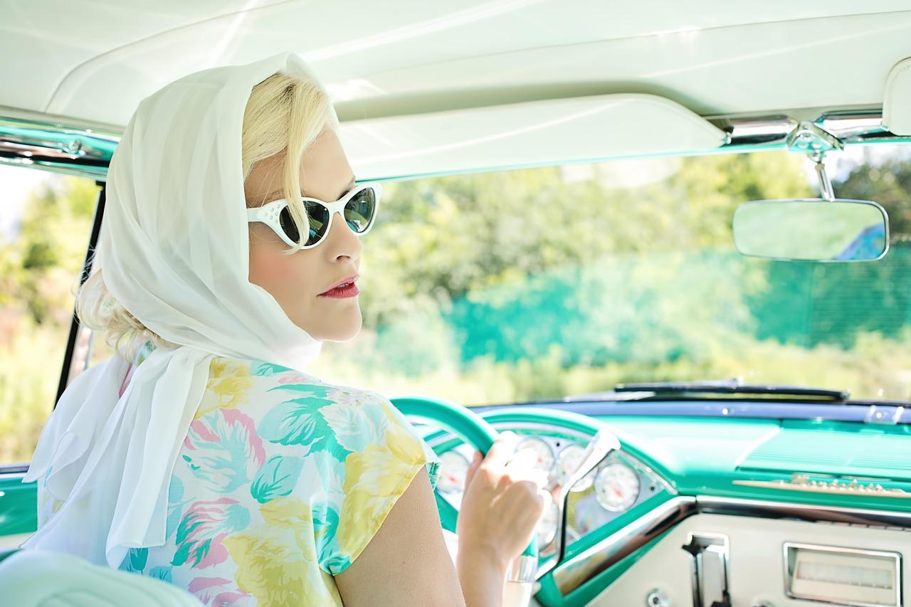 femme vintage volant