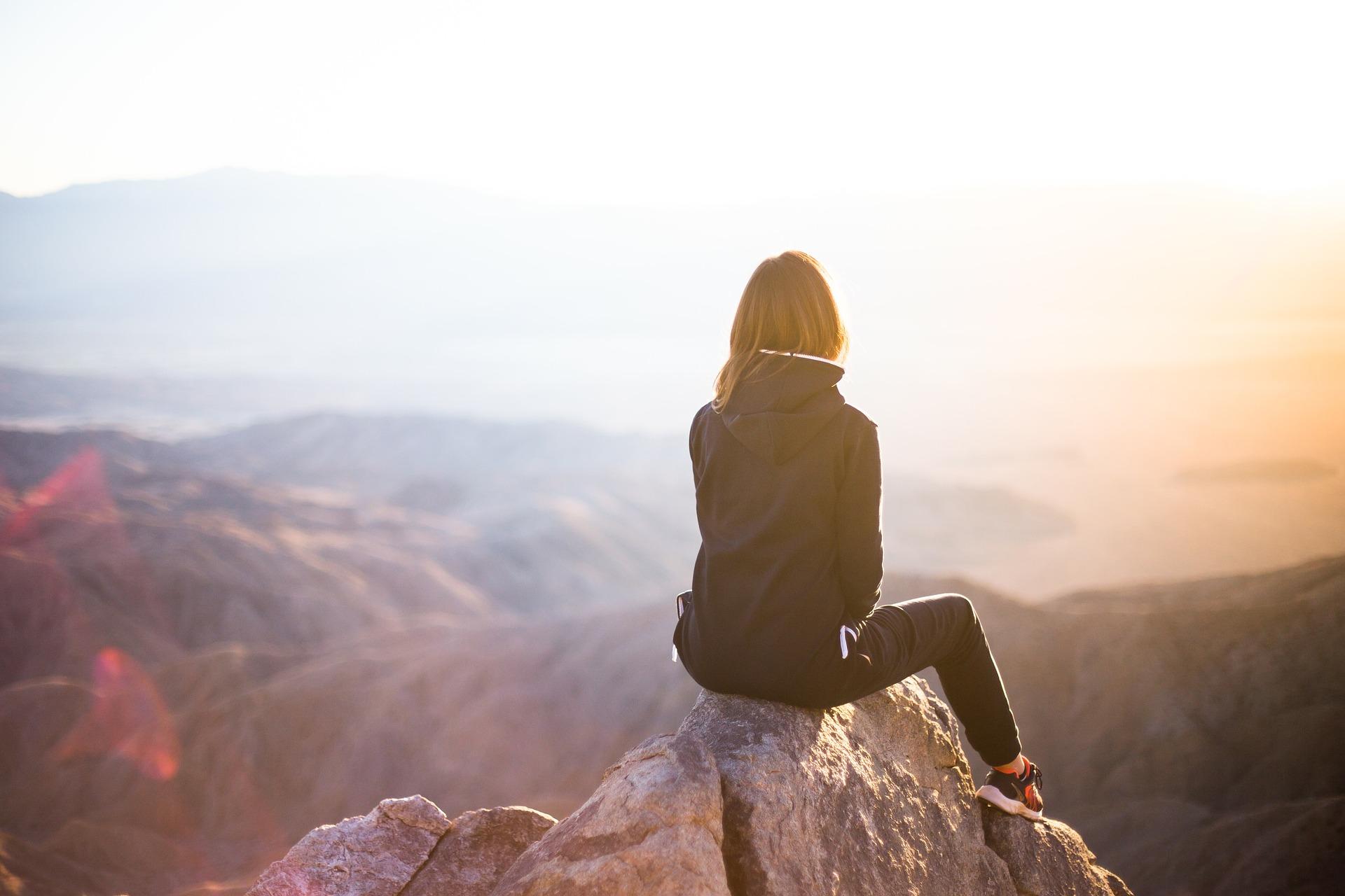 une femme seule sur une montagne