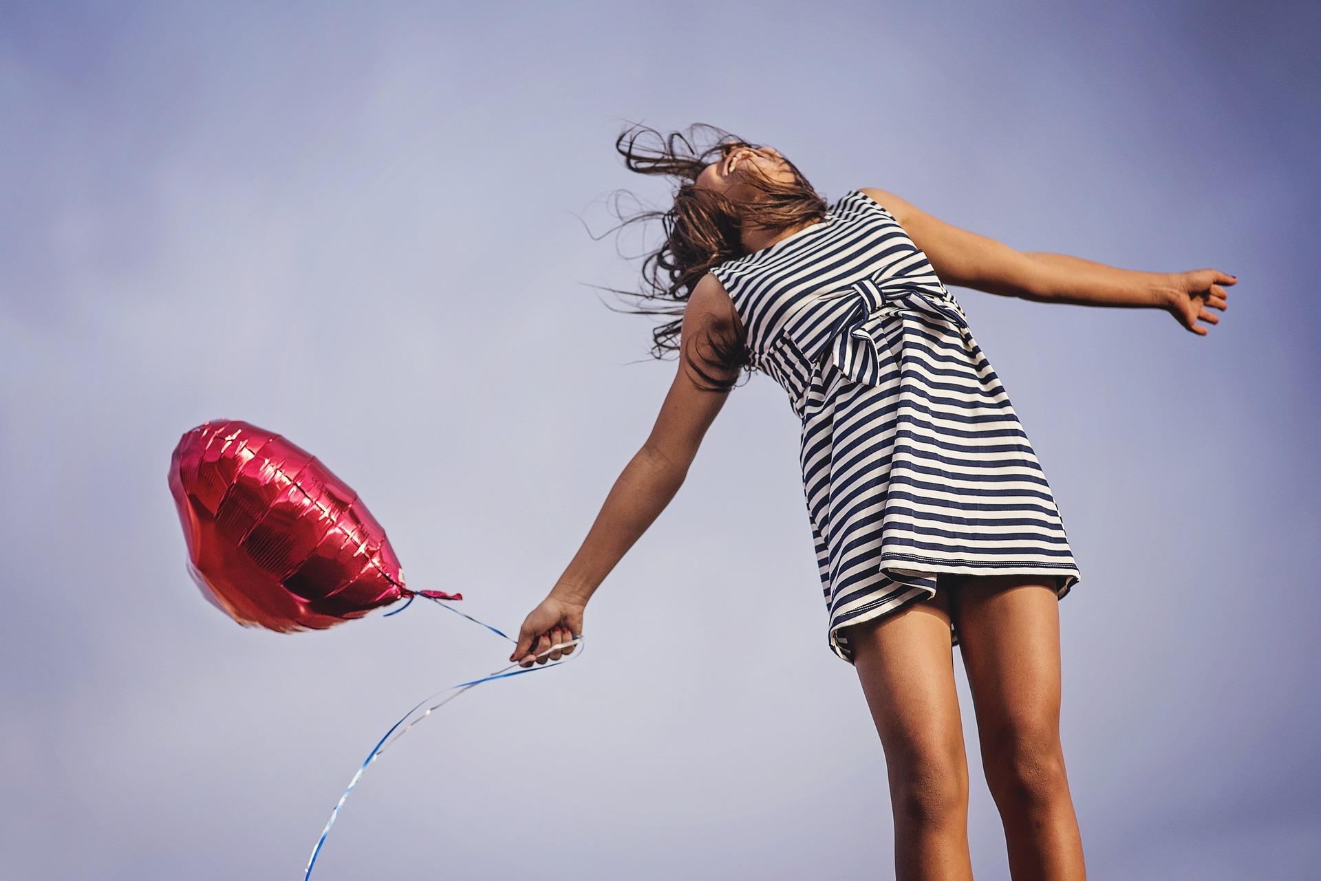 femme s'envolant avec un ballon